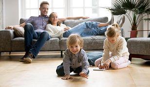 Młodzi rodzice a ich sytuacja materialna. Co powinni zrobić, by planować spokojną przyszłość?