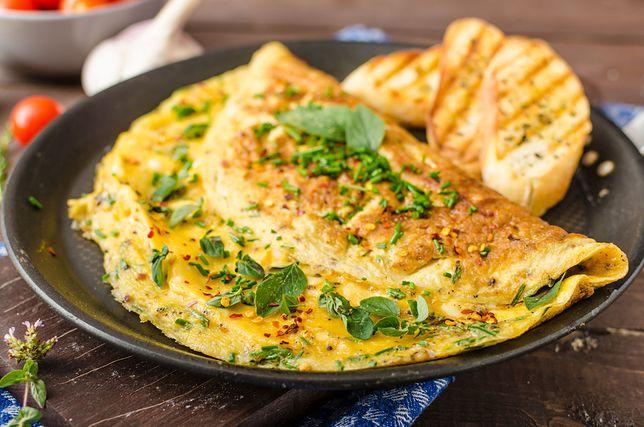 Omlet na słono to doskonała propozycja na pożywne śniadanie.