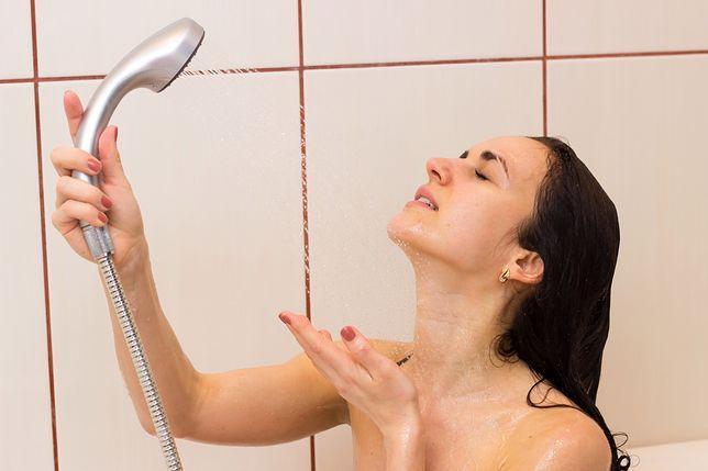 Nie myj twarzy pod prysznicem. Możesz zaszkodzić kondycji swojej skóry