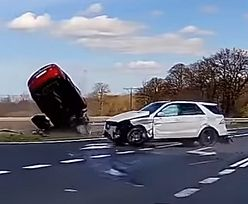 Mazda wbiła się w luksusowego mercedesa. Wypadek na DW 112 nagrała kamera