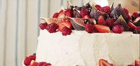 Obłędny tort czekoladowy z mascarpone i owocami - przepis krok po kroku (WIDEO)