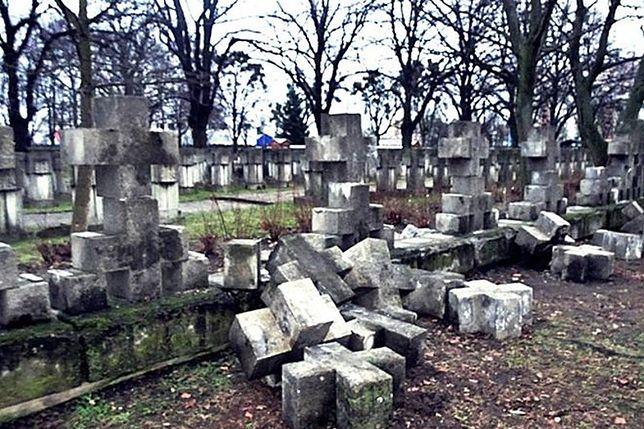 """""""Ktoś miał nierówno pod sufitem"""". Cmentarz ofiar hitlerowców zniszczony"""