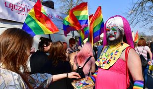 Uczestnicy Marszu Równości mieli kolorowe stroje i tęczowe flagi.