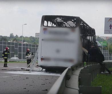 Podróżni zostali wyprowadzeni z autokaru, zanim ten ostatecznie spłonął