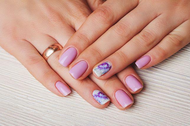 Na modnych wiosennych paznokciach dominują pastele i abstrakcje.