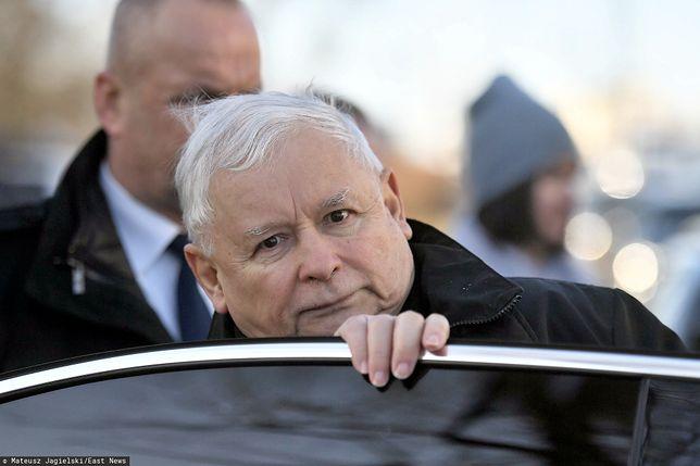 Katastrofa smoleńska. Jarosław Kaczyński i Mateusz Morawiecki składają wieńce