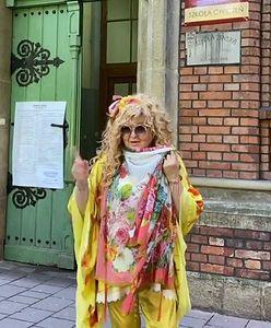 Egzotyczna Magda Gessler skryta za chustą zachęca do głosowania
