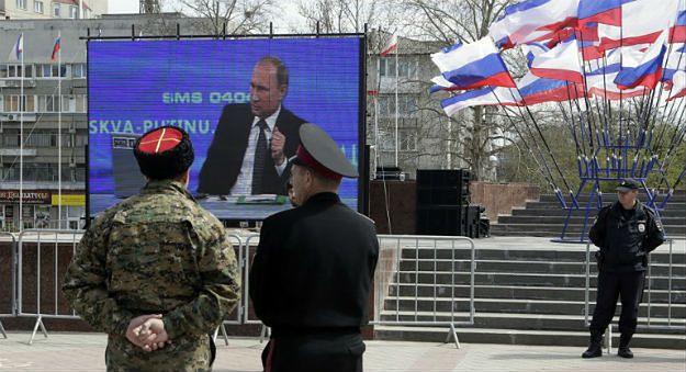 Telebim z konferencją Władimira Putina w Symferopolu