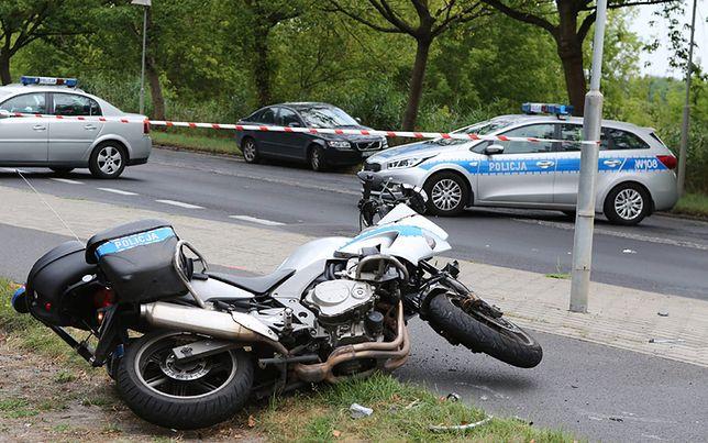 Samochód potrącił policjanta-motocyklistę na sygnale