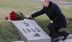 Rosja. Władimir Putin składający kwiaty na pomniku ofiar obrony Leningradu