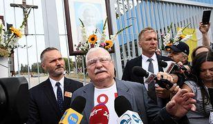 Były prezydent Lech Wałęsa przed bramą nr 2 Stoczni Gdańskiej