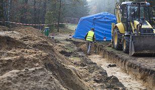 Treblinka prokuratorzy IPN i biegli badają nowo odkrytą zbiorową mogiłę na parkingu leśnym przy niemieckim obozie pracy przymusowej Treblinka I