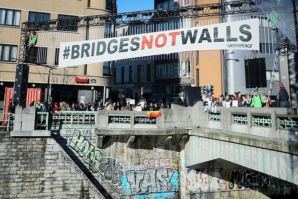 Setki Meksykanów demonstrowało przeciwko planom budowy muru na granicy z USA