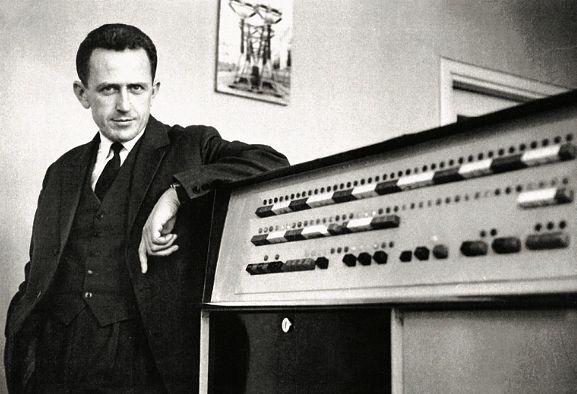 Mieczysław Toroń, kierownik ODM Katowice przy elektronicznej maszynie cyfrowej  ODRA-1003 (pierwsza elektroniczna maszyna cyfrowa w krajowej energetyce zainstalowana staraniem M. Toronia w ODM Katowice w 1965 r.)