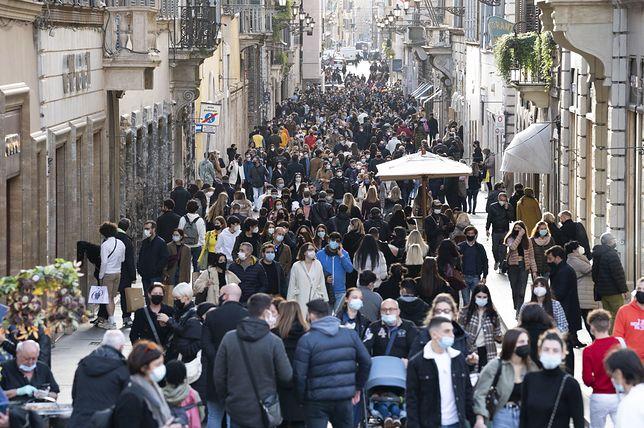 Koronawirus w Europie. Tłumy na ulicach Rzymu po zniesieniu części obostrzeń