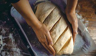 Znikające ze sklepów drożdże i mąka do chleba sugerują nowe narodowe hobby.