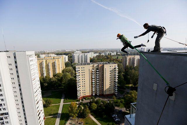 Mężczyzna skoczył z dachu budynku - zdjęcia