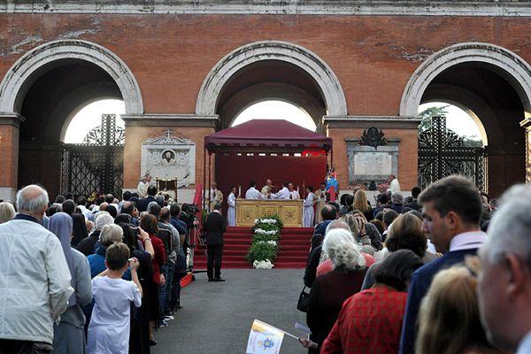Papież odprawia mszę na Campo Verano w 2013 r.