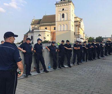 Coraz więcej policjantów ochrania miesięcznice smoleńskie