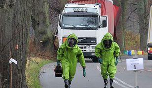 Strażacy z jednostki ratownictwa chemicznego zabezpieczają teren po wypadku
