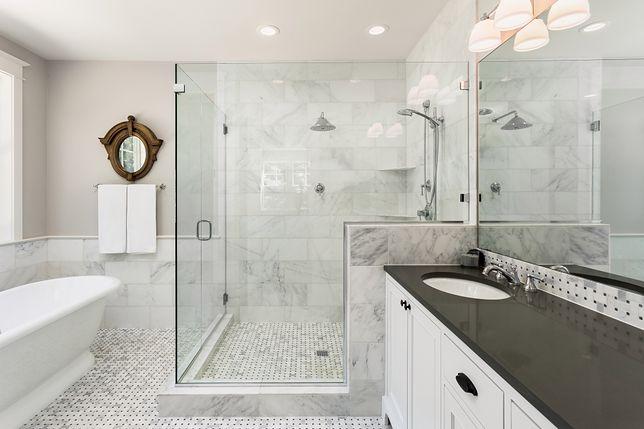 Łazienka w stylu industrialnym charakteryzuje się surowością. Dominuje w niej czarno-biała kolorystyka.
