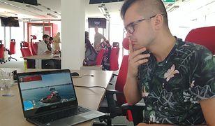 Autor w trakcie oglądania, jak ktoś gra w symulator łodzi.