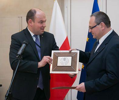 Jan Dziedziczak (po lewej) wręcza nagrodę Sławomirowi Kowalskiemu (po prawej)