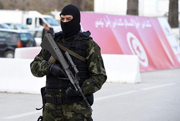 Członek sił bezpieczeństwa przy muzeum Bardo, gdzie rok wcześniej (w marcu 2015 r.) doszło do zamachu