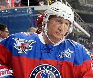 Władimir Putin gra w hokeja