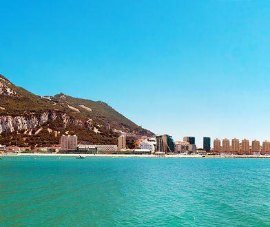 Gibraltar - chociaż znajduje się nieopodal Hiszpanii, należy do Wielkiej Brytanii. To miejsce o dużej ilości atrakcji turystycznych i warto je odwiedzić.