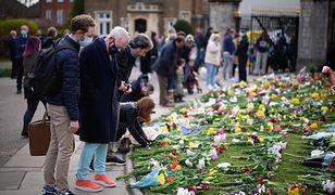 Książęta Andrzej i Edward wspierają matkę. Elżbieta II pogrążona w żałobie