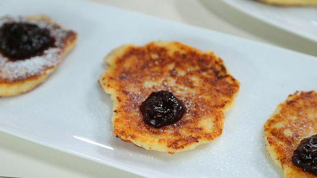 Placuszki serowe z sosem z czarnej porzeczki