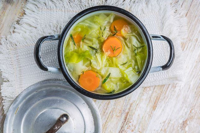 Katarzyna Skrzynecka opublikowała przepis na fit kapuśniak i pieczone warzywa. To idealny obiad dla osób dbających o linię