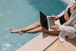 Nie korzystaj z publicznych sieci Wi-Fi. To jedna z zasad bezpieczeństwa na wakacjach