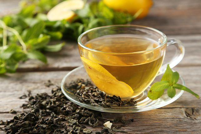 Zielona herbata w procesie oczyszczania