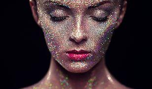 Brokat często wykorzystuje się jako element wyrazistego, imprezowego makijażu.