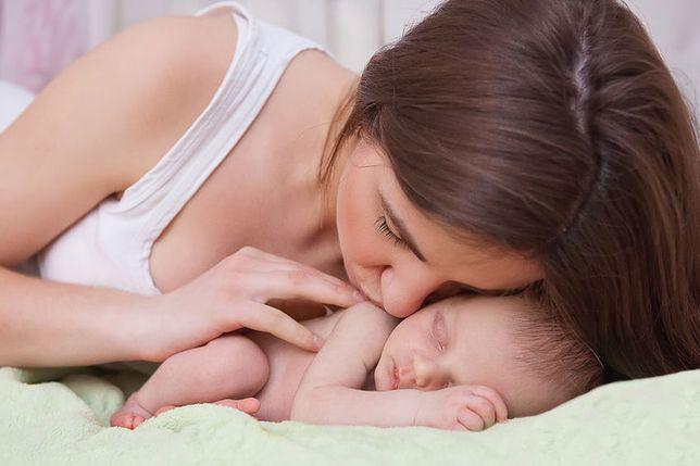 Matka samotnie wychowująca dziecko może skorzystać z szeregu praw i przywilejów w pracy