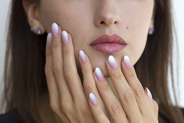 Lakier hybrydowy do paznokci nie jest inwazyjny i pięknie prezentuje się na dłoniach