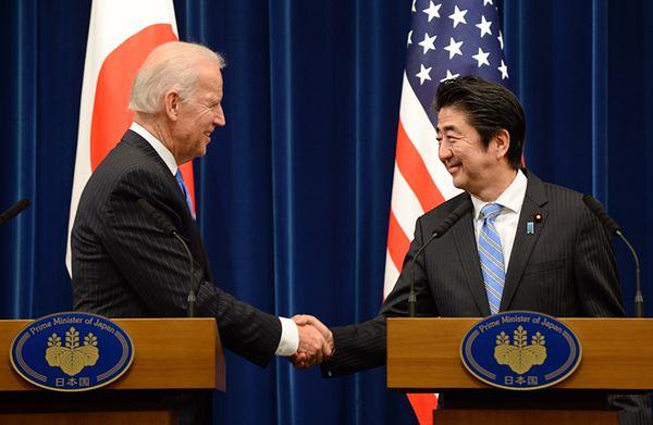 Joe Biden i Shinzo Abe w Tokio