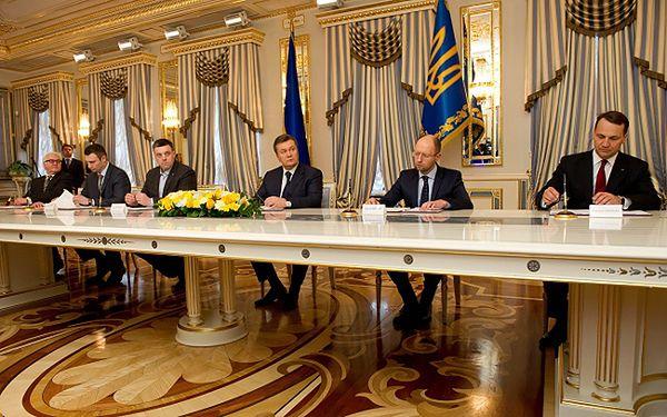 Tak wyglądało podpisanie porozumienia pomiędzy Wiktorem Janukowyczem i liderami opozycji