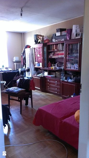 Pokój w 46-metrowym mieszkaniu w bloku. Stan przed remontem