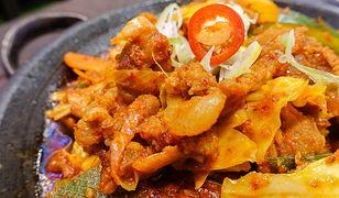 Aby przygotować podstawową wersję tego koreańskiego przysmaku, musimy zaopatrzyć się w główkę kapusty pekińskiej i pastę chili.
