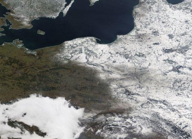 Pogoda. Polska podzielona śniegiem. Niesamowite zdjęcia z satelity z poniedziałku [GALERIA]