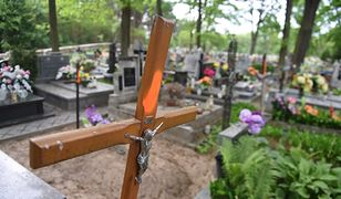 Gdańsk. Wandale zbezcześcili krzyż na cmentarzu ofiar wojny. Jest komentarz Dulkiewicz
