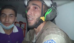 Wolontariusz Białych Hełmów w czasie akcji ratunkowej po bombardowaniu w Syrii