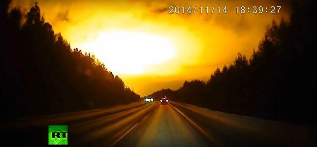 """""""Zjawiska paranormalne"""": Nagle niebo zaczęło płonąć. Co nagrał rosyjski kierowca?"""