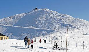 Śnieżka: wchodzili na szczyt w samej bieliźnie, wrócili z hipotermią. Ratownicy znosili ich na plecach