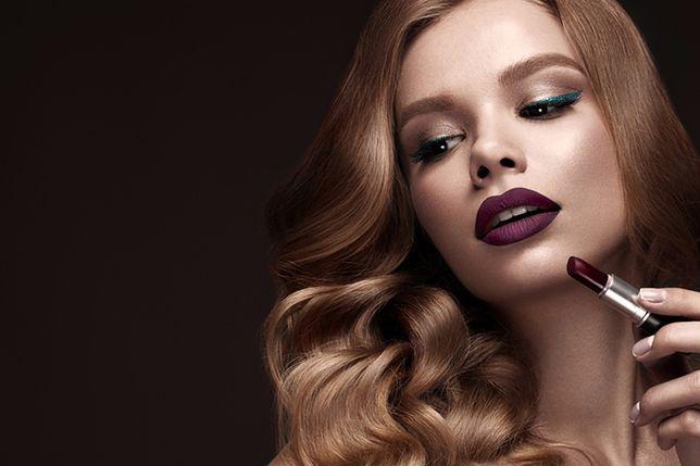 Utrwalony kosmetykami makijaż wieczorowy będzie pięknie prezentował się przez całą noc