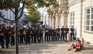 Policjanci podczas demonstracji antywojennej w Warszawie 1 września tego roku