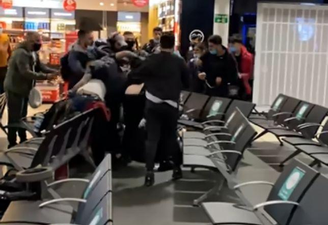 """Masowa bójka na londyńskim lotnisku. """"Rzucali w siebie walizkami"""""""